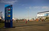 Stå som anger olympiastadion olympiska parken — Stockfoto