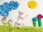 Nouveau-né couché sur fond de nature créatrice plié de remorquage — Photo