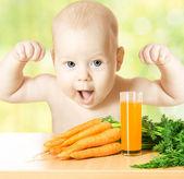 ребенок и свежий морковный сок стекла. здоровое детское питание — Стоковое фото