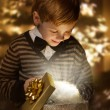 Foto Stock: Child opening birthday present box. Magic shining gift.