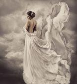 Retro elbise, fantezi Düğün Gelin sanatsal beyaz üfleme cüppe, kumaş sallayarak ve çırpınan kadın portresi — Stok fotoğraf