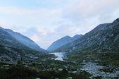 горный пейзаж перед рассветом, водохранилище — Стоковое фото