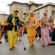 Sikh devotees sweep the road barefooted at 2013 Baisakhi festival in Brescia — Stock Photo