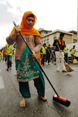 Sikh devotee sweeps the road barefooted at 2013 Baisakhi festival in Brescia — Stock Photo