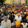 Crowd of sikh devotees take part to Baisakhi procession — Stock Photo