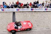 赤いマセラティ 150 s は 2014 年 5 月 16 日エステで 1000 miglia のクラシックカー レースに加わる。1955 年に建設された車 — ストック写真