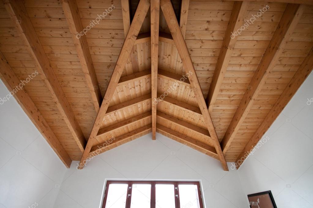 Vigas a la vista en la sala de estar — Fotos de Stock © zocchi2 ...