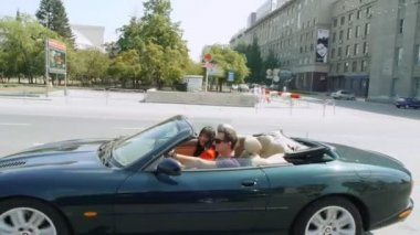 Happy young couple in a cabriolet. — Stock Video