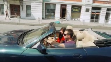 Happy young couple in a convertible car. — Stock Video