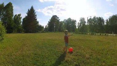 Malý chlapec hrát s míčem — Stock video