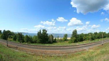Chmury unoszą się powyżej linii kolejowej. upływ czasu. — Wideo stockowe