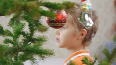 Young boy decorates a Christmas tree — Stock Video