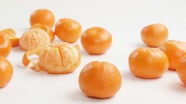 очищенные мандарины — Стоковое видео