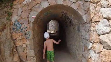 Boy walking along the seashore — Stock Video