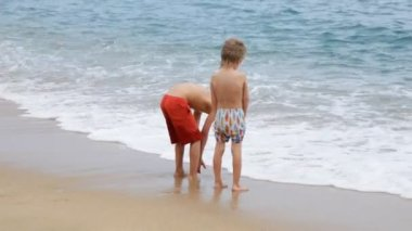 Boys standing on beach — Vídeo de Stock