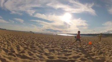 Broers spelen met een strandbal buitenshuis — Stockvideo