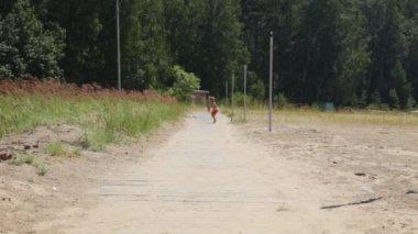 Chicos corriendo en la playa — Vídeo de Stock