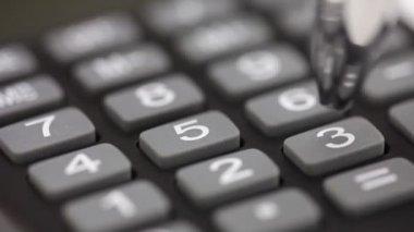 Hand med miniräknare och penna — Stockvideo