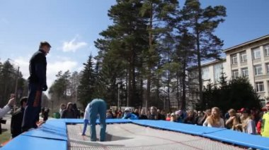 Circus acrobatics on trampoline — Stock Video