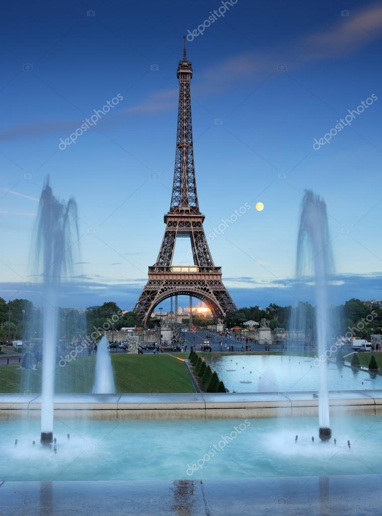 Trocadero fountains seen at evening in Paris, France. — Foto Stock #12245402