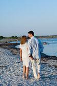 Giovane coppia camminando sulla spiaggia — Foto Stock