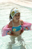 Bambino felice in piscina — Foto Stock