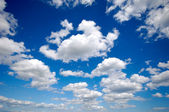 Cumulus wolken en blauwe hemel — Stockfoto