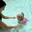 Woman and child in pool — Stockfoto