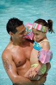 Mann und kind im pool — Stockfoto