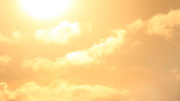Lever de soleil lumineux impétueux — Vidéo