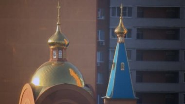 Sunbeams reflect gold dome ortodox church — Stock Video