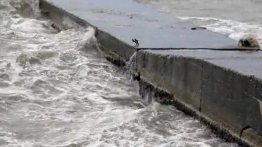 Storm waves break on old pier — Stock Video