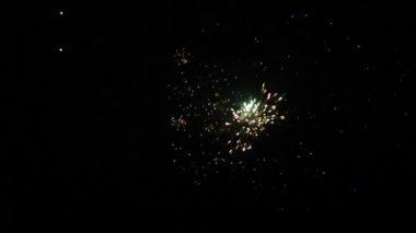 Fireworks in nighttime sky — Stock Video