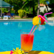 cocktail drink i simning ppol — Stockfoto #12865040
