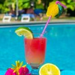 cocktail drink i simning ppol — Stockfoto #12866349