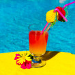 Cocktail drink at swimming ppol — Stockfoto