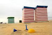 Strandstol och leksaker på havet — Stockfoto