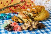 Vinbärsbröd med mandelmassa och andra söt mat — Stockfoto