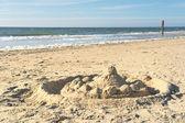 Château de sable sur la plage de texel — Photo