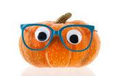 смешные тыквы с глазами и синие очки — Стоковое фото