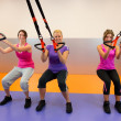 Junge Frau tun Suspension training — Stockfoto #32924877