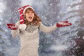 Inverno mulher com chapéu de Natal pai Natal na neve — Fotografia Stock