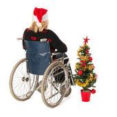 Donna in sedia a rotelle con albero di natale — Foto Stock