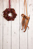 Christmas wreath on wooden wall — Stockfoto