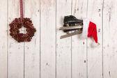 Christmas wreath on wooden wall — Stockfoto