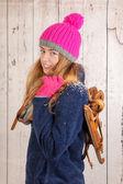 Kvinna i vinter med gamla holländska trä skridskor — Stockfoto