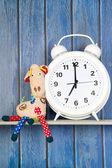 Stuffed animal giraffe and clock for bedtime — Stock Photo