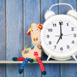 Stuffed animal giraffe and clock for bedtime — Stock Photo