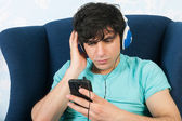 Listening to music with the smart phone — 图库照片