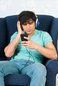 прослушивание музыки с помощью смарт-телефона — Стоковое фото